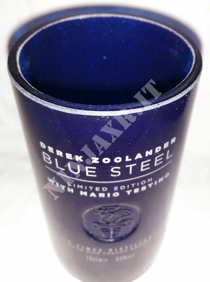 Bicchieri ottenuti tagliando le bottiglie di Vodka Ciroc da 0,7 L. Il taglio e la realizzazione sono artigianali, pertanto sarà impossibile trovarne altri identici, mantenendo un particolare riguardo per il riciclo creativo. Il bicchiere è nel tipico colore blu ,questa volta metallizato perchè si tratta di una edizione limitata della bottiglia, e sulla parte frontale, in rilievo, è presente il simbolo della casa francese.