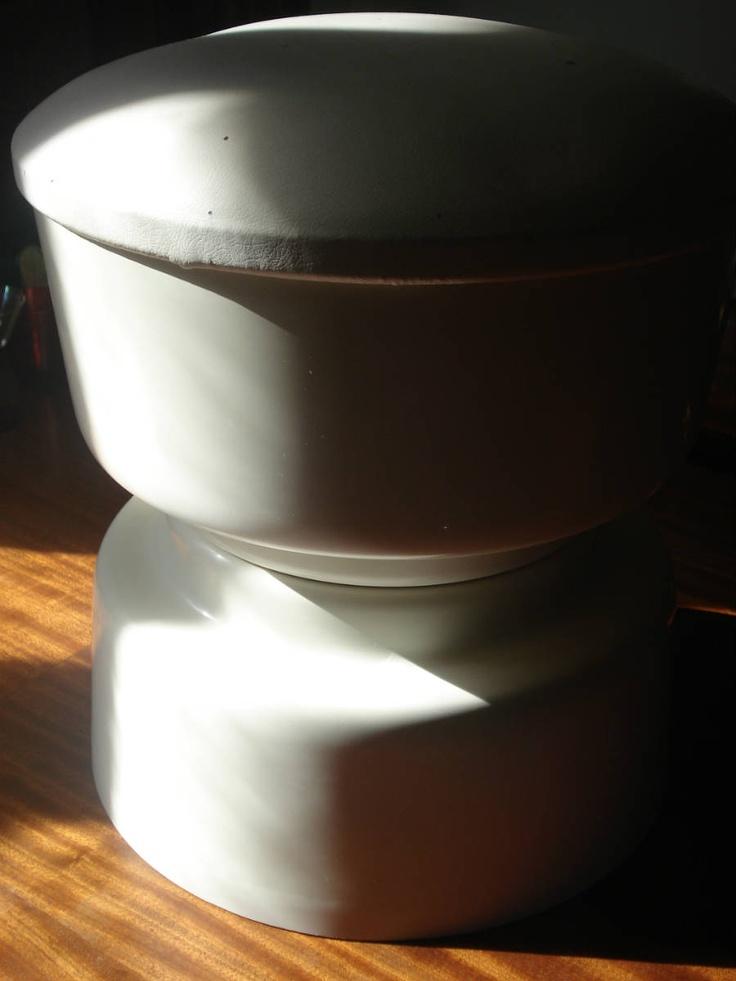 Banco em plástico moldado | Anos 70 (assento forrado a napa branca) Diâmetro: 36 cm | Alt: 40 cm *Sold