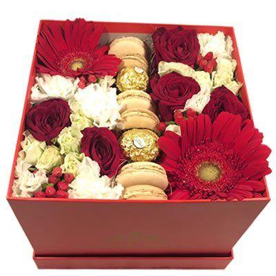 5 роз, 2 герберы, 5 гвоздик, 1 эустома, 1 кустовая роза, 2 гиперрикума, 6 макаруни, 2 ферреро в коробке размером 14х14х14