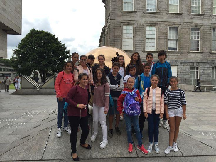 En #TrinityCollegeDublin.  Alumnos de  #ColegiosISP  en su estancia en  #Irlanda16  https://www.tcd.ie/