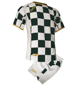 Fehér-Fekete Zeus Kroazia Focimez Szett modern, kényelmes, tartós, kopásálló, magabiztos, vagány focimez szett. Enyhén karcsúsított, hátoldalán az első szín biztosítja a számozás helyét, méretei miatt, utánpótlás korosztály számára is kitűnő, meggyőző választás. Fehér-Fekete Zeus Kroazia Focimez Szett 6 méretben és további 6 színkombinációban érhető el.