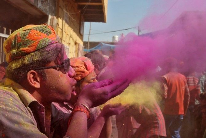 Happy Holi 2017: Alia Bhatt, Akshay Kumar, Priyanka Chopra, Karan Johar...wish fans [PHOTOS+VIDEOS]