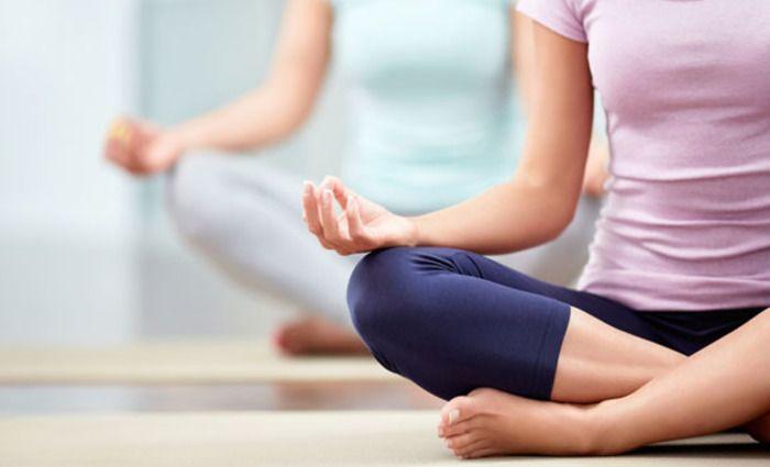 Stress heeft slechte invloed op je vruchtbaarheid. Met yoga kun je de energiebanen naar je eierstokken en baarmoeder verbeteren en zo stress verminderen.