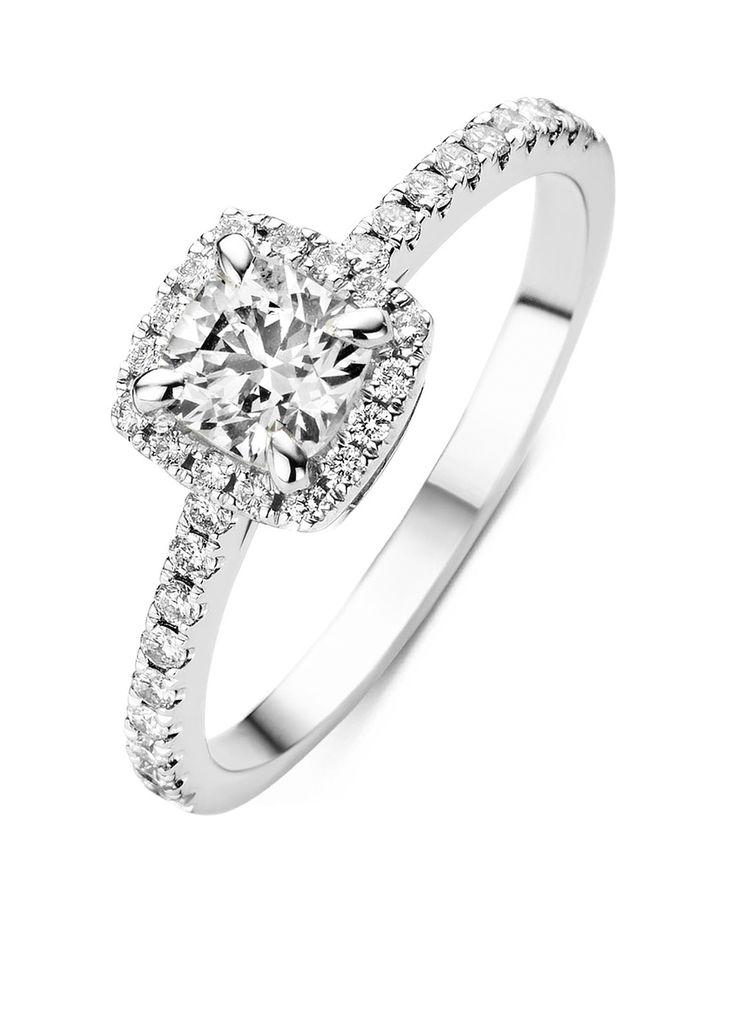 Hearts & Arrows is de meest perfect geslepen diamant. De ideale verhoudingen en de volmaakte facetten creëren een buitengewoon effect van 8 pijlen boven in de kroon en 8 harten onder in het paviljoen van de diamant. Met een speciale loep worden harten en pijlen zichtbaar in de diamant