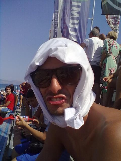 #FaccedaBeach - un fan del #beachsoccer si protegge come può dalla calura a #Terracina