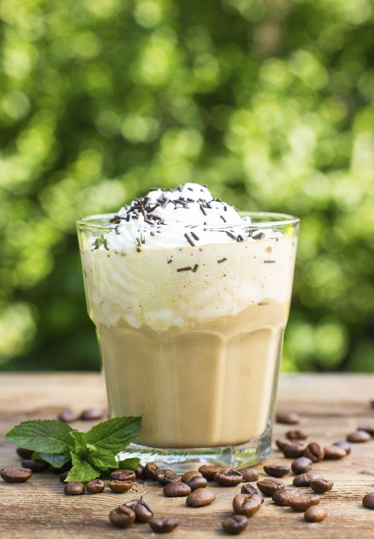 Kaffee-Liebhaber werden von dieser äusserst leckeren Sommer-Variante eines Latte Macchiatos begeistert sein. Den Pudding am besten schon am Vortag zubereiten und erst kurz vor dem Servieren mit der Sahnehaube und den Schokostreuseln garnieren.