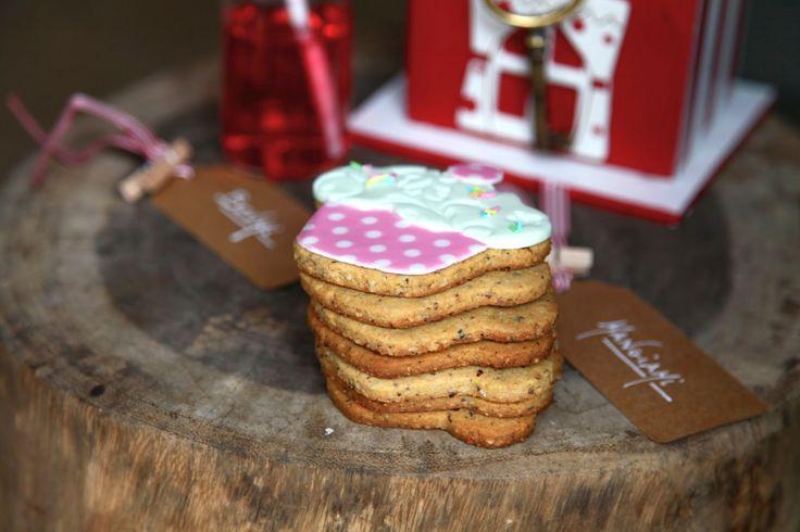 Biscotti decorati, biscotti all'avena e nocciole con sciroppo d'acero,