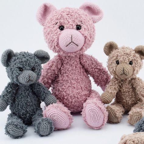 Teddy Nallebjörnar - Opskrift (Go Handmade). Titta på dessa vänner, är de inte bara för gulliga? Vem kan motstå ett sådant mjukt litet gäng? Till Nanna (35 cm) behöver du: 170 g Teddy garn 50 g Vintage garn 1 par säkerhetsögon Till Bella och R