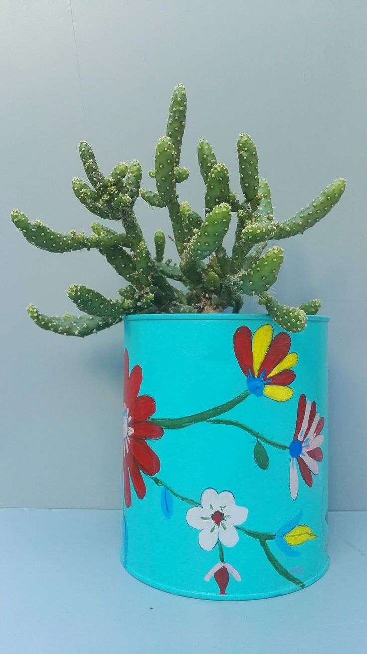 Lata reciclada y pintada a mano con motivos de flores mexicanas. Son ideales para cactus y suculentas. Ricardo Stefani.