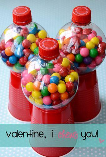 Una máquina de bolas de chicle reciclada, un vaso, una botella y...listo!                                                                                                                                                                                 Más