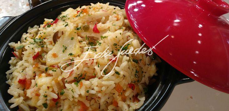 Em uma panela, doure o alho e a cebola no azeite. Junte o bacalhau e continue refogando. Em seguida acrescente o arroz, o tomate, as azeitonas e tempere com salsinha e sal a gosto.  ASSISTA A…