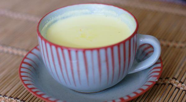 ターメリックミルク  インドでは、風邪をひいた時や、二日酔い、胃の調子が良くない時に飲まれます。 ウコン(ターメリック)は日本でもおなじみです。 ◆ 材料  ミルク・・・200mg 砂糖・・・中さじ1 ターメリック・・・適量 ◆ 作り方  お鍋にミルクを入れ、沸騰したら砂糖とターメリックを入れて混ぜればできあがり。