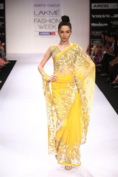 Amrita Thakur does it again with this stunning sari, loving the metallic leaf design against the soft yellow #asianbride #asianbridesari #sari #yellow #yellowsari #amritathakur #asianweddingoutfit #yellowbridaloutfit #netsari
