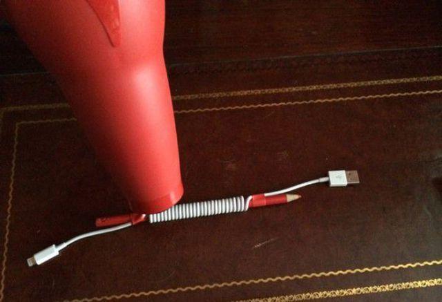Você gosta de fio de carregador de celular enrolado? Se não quiser comprar, pode modificar o seu próprio fio em casa. É só seguir os passos a seguir. Basta usar uma caneta, fita adesiva e um secador de cabelo.