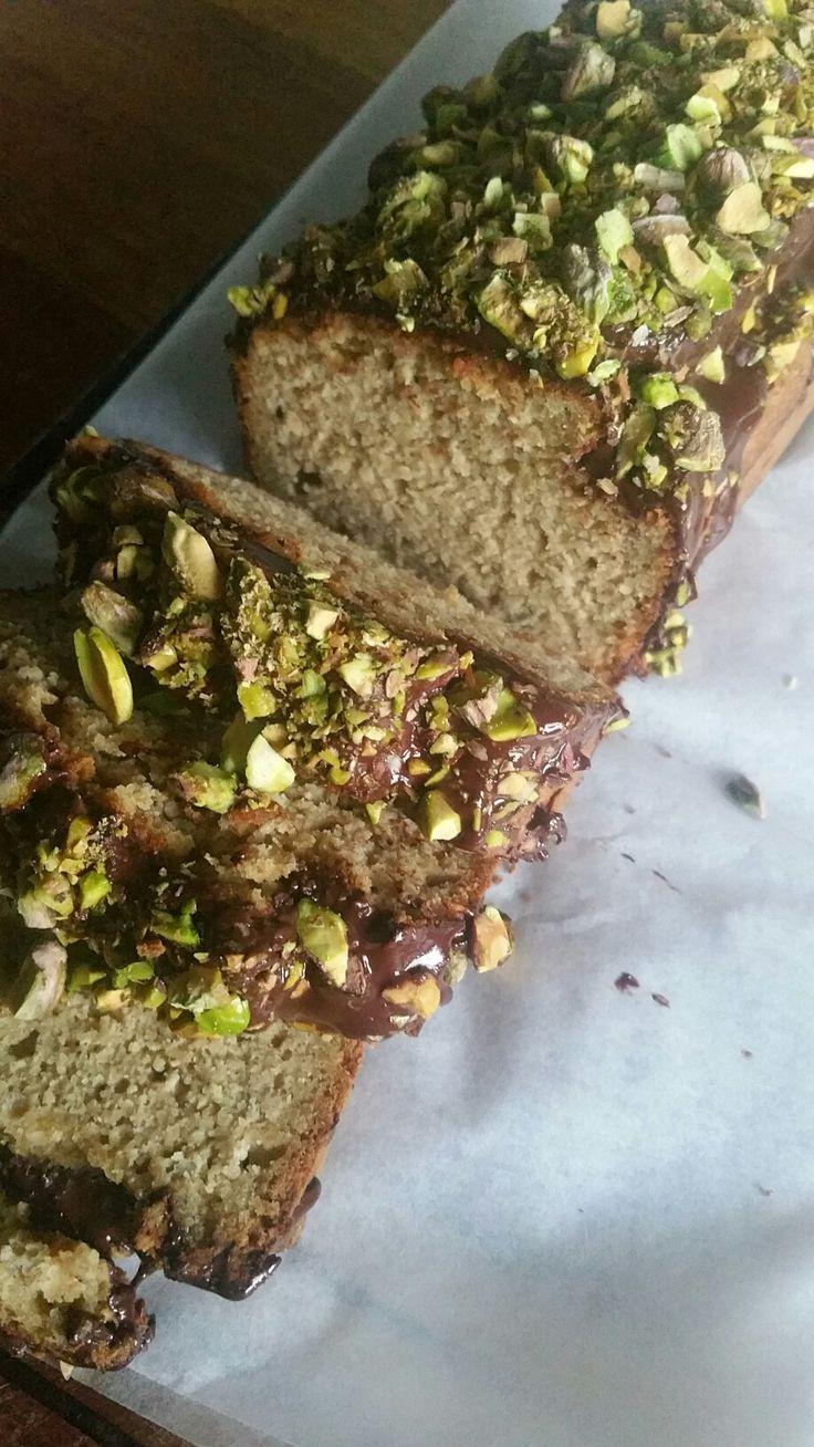 Amandelcake met chocolade en pistache. Ingrediënten: Amandel-kaneel cake. Ingrediënten: 200 gr. Amandelmeel, 50 gr. Kokosolie, 50 gr. Kokosbloesemsuiker, 4 eieren, 1 tl. Vanillepoeder, 2tl. Bakpoeder, flinke scheut ongezoete amandelmelk, sap van een halve citroen, snufje zout, 3 repen pure chocolade, gezouten pistache nootjes