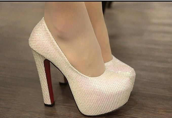 Бежевые туфли на высоком каблуках
