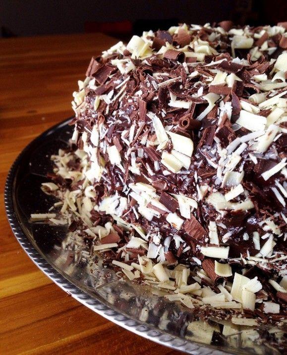 Super fácil de fazer esse Bolo com cobertura de chocolate e raspas de chocolate.