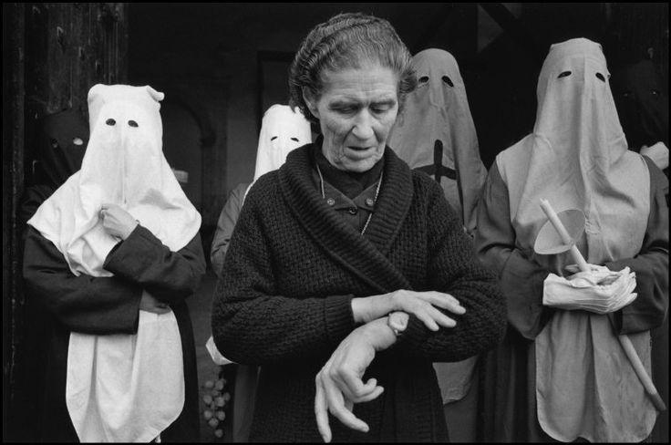 Cristina Garcia Rodero SPAIN. Cuenca. 1982. Eleven 'o' clock in El Salvador. Via Magnum Photos