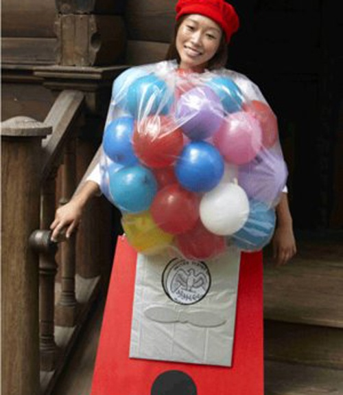 halloween diy costumes - may talk Chloe into being this!  Maybe use ball pit balls instead of balloons though.