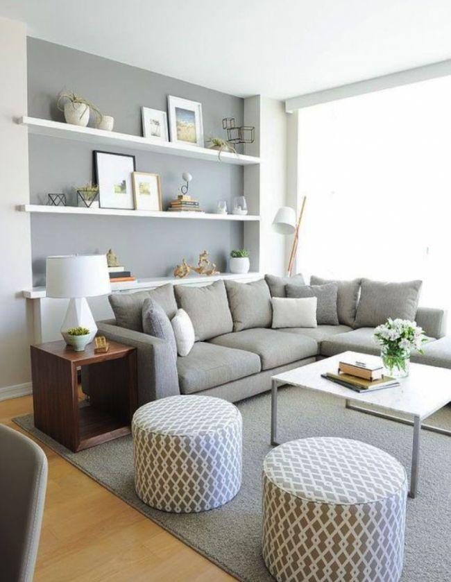 El salón debe tener colores cálidos. El sillón en forma de L o 90 grados, para que fluya la comunicación, y mirando hacia la puerta, para ver quién entra. Si tienes suficiente espacio, sitúa una zona de lectura con tonos verdes, que son relajantes. No pongas luces en el techo, si no luces en varios puntos de la sala.