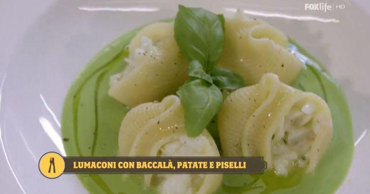 Antonino Cannavacciuolo porta in tavola un primo speciale con la pasta ripiena: i lumaconi campani con una farcia di baccalà e patate su crema di piselli. Leggi la ricetta!