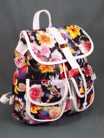Geanta dama alb cu negrumodel floral Ginna  Geanta din imagini,tip rucsac, este confectionata din piele ecologica de calitate.Imprimeul floralin culori vii atrage privirile si iti asigura o tinuta moderna.Este foarte incapatoare si prezinta la interior un buzunar prevazut c