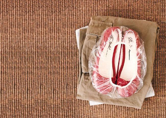 forblabla.com Uma touca de banho é a melhor forma de embalar os sapatos para colocar na mala.