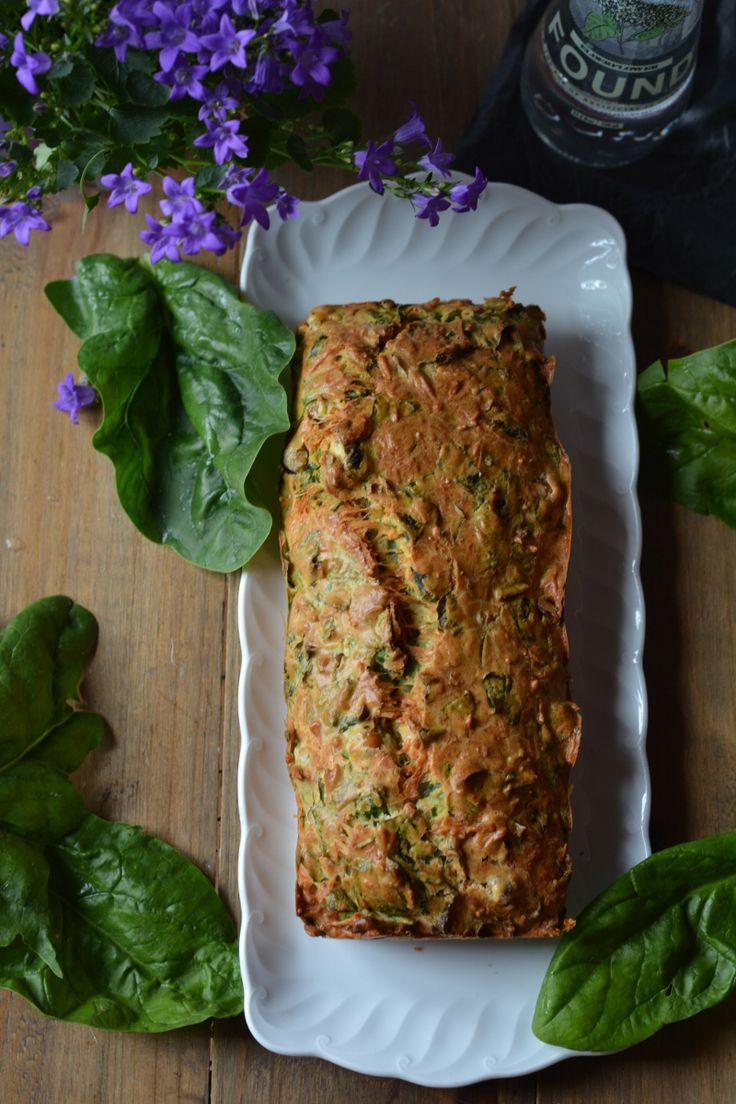 Le cake pois-chiches épinards se prépare à l'avance pour l'apéro ou même pour un lunch végétarien rapide. Il se mange froid ou chaud et il se conserve bien.