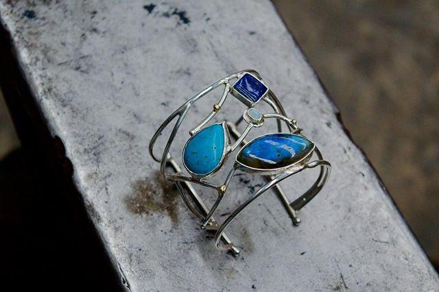 Organic movement Pulsera hecha a mano en plata 925 & oro 14 kilates; en tonos azules (turquesa lapislazuli opalo & labradorita) #oro #silver #gold #oneofakind #statement #cuff #bangle #blue #sea #labradorite #turquoise #organic #opal #lapislazuli #nature #inspiration #joyeriamexicana #mexico #jewelrydesign #joyeria #guadalajara #goldsmith