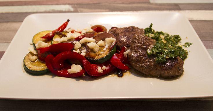 Chimichurri bélszín kecskesajtos grillzöldségekkel - A chimichurrit hívhatnánk argentin pestonak, vagy argentin bbq-nak is. Főként steakek mellé tálalják. A neve eredetére többféle történet is létezik, a legvalószínűbb, hogy angol kifejezés elfordításáról van szó.