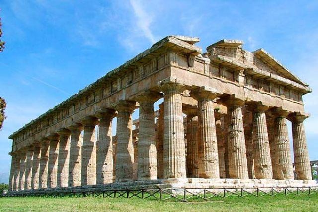 Tempio di Era (periptero) a Paestum metà del V secolo.