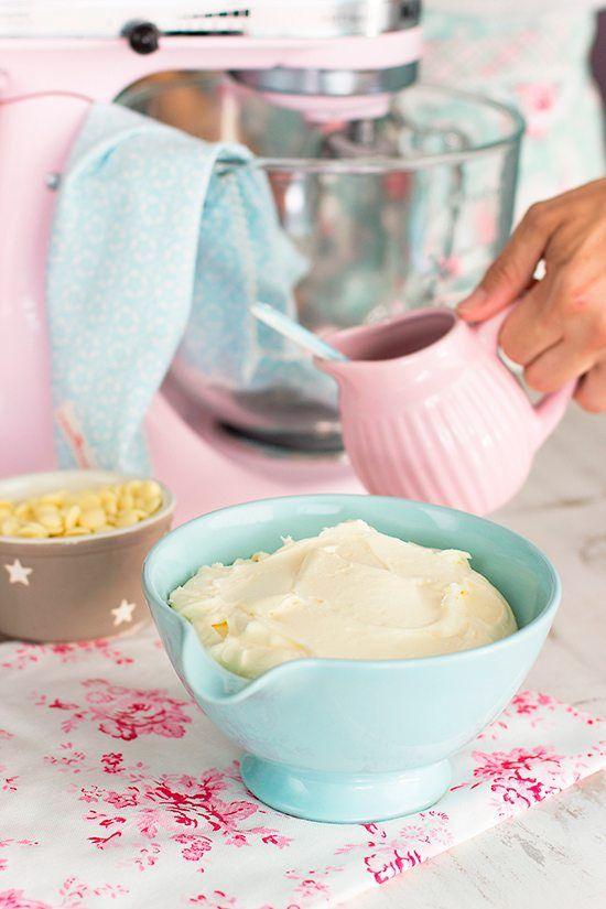 Aprende mi crema de chocolate blanco, perfecta para rellenar tus tartas incluso para decorar con una consistencia sedosa y perfecta!