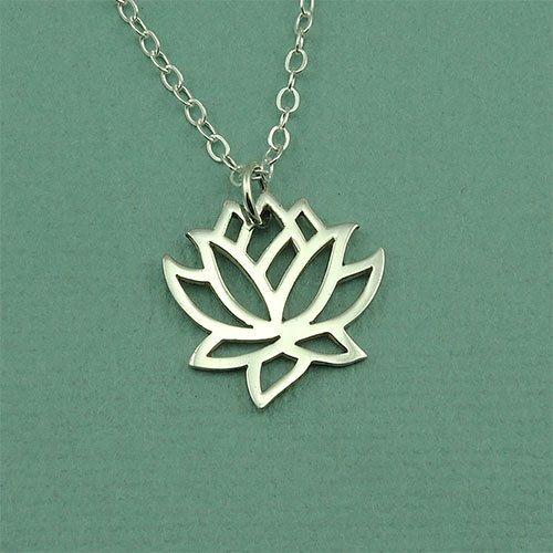 Sterling zilveren lotusbloem ketting op een sterling zilveren kabel ketting. De charme is 1/2 in de breedte.  Lotus ~ staat voor schoonheid, zuiverheid en niet gehechtheid als een zwevende lotusbloem. Een symbool voor de centra van bewustzijn (chakras) in het lichaam. Spirituele ontplooiing en verlichting.  Ook verkrijgbaar in 16, 18 (model weergegeven) en 20.  Gift Box inbegrepen * Korte cadeau opmerking kan worden opgenomen bij de kassa * Één vak per bestelling, tenzij meer gevraagd * ...