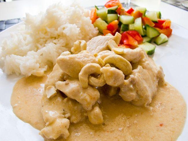Kyckling med jordnötssmör och kokosmjölk är en väldigt enkel och god gryta med mycket smak. Grytan blir lite som en jordnötssås fast med lite smak av kokos