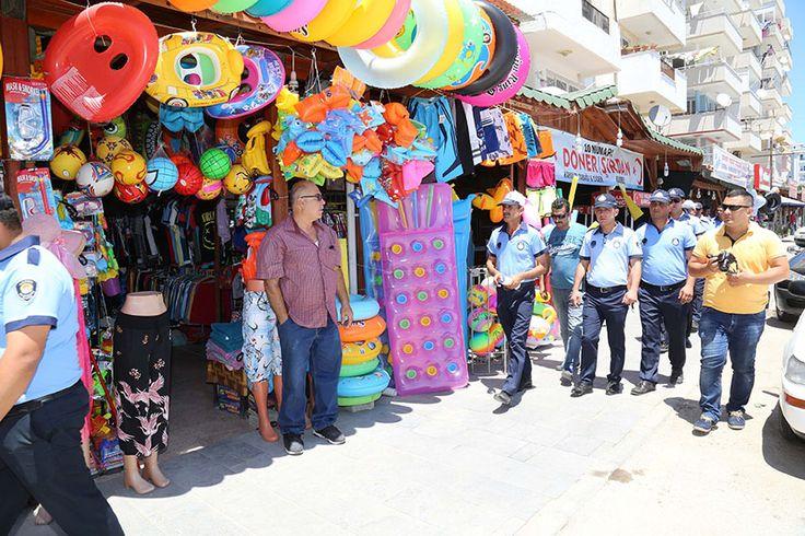 Adana Büyükşehir Belediyesi, tatilcilerin gözdesi Yumurtalık'ta temiz denizin sembolü Mavi Bayrak ödüllü Ayas Belediye Plajı ve ilçe merkezinde denetimlerini yoğunlaştırdı. Yerli ve yabancı turistlerin denize girip, güneşlendiği alanları seyyar satıcılardan arındıran zabıta timleri, kaldırımları işgal eden esnafı uyardı, yaya yollarına park eden taşıtlara ceza kesti.  PLAJDA SEYYARA GEÇİT YOK  Adana Büyükşehir Belediyesi Zabıta …