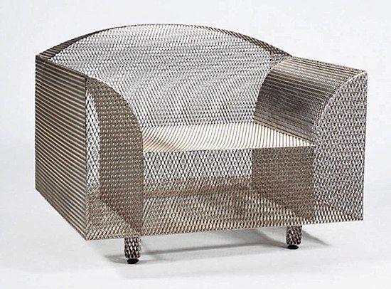 """Le fauteuil """"How high the moon"""" de Shiro Kuramata, dont la structure généreuse et légère tend à l'effacement selon un jeu de transparences, d'ombres et de lumières. Le créateur conceptualise ainsi le design de l'immatériel. Cultivant la spiritualité et l'intériorité, il privilégie l'expérience sensorielle ou intuitive et travaille de préférence les matériaux du quotidien comme la résille d'acier."""