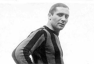 Giuseppe Meazza, Italia 1910-1979).Es uno de los mejores futbolistas italianos de la historia, nominado 4to mejor jugador de los mundiales (que ganó 2 veces,1934 y 1938), detrás de Maradona, Pelé y Franz Beckenbauer. Fue el 1er futbolista con patrocinadores y el primero en tener fama mundial. El estadio de San Siro de su ciudad natal, Milán, lleva su nombre desde 1980.(wikipedia)