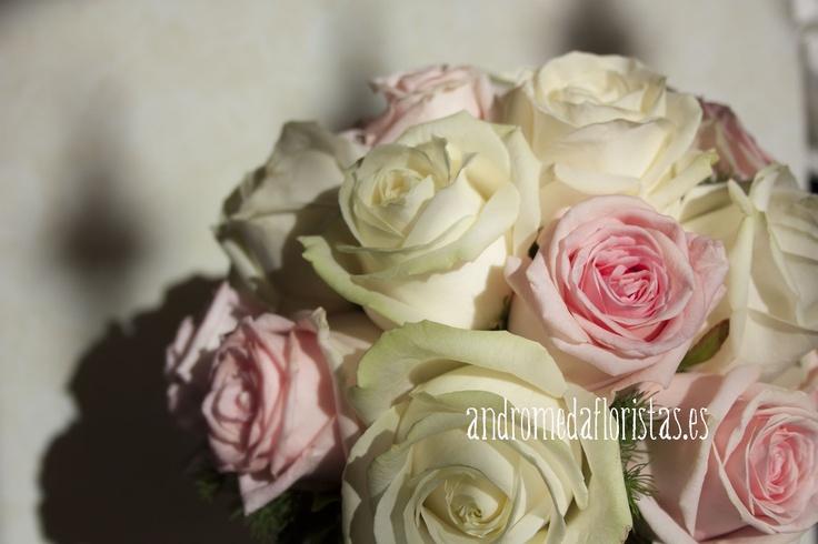 Detalle de ramo de novia con rosas blancas y rosa pastel
