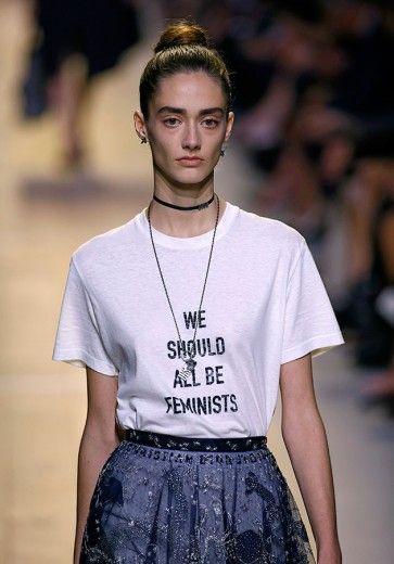 Na Dior, o primeiro desfile de uma estilista mulher na direção criativa (Maria Grazia Chiuri) inspirou a camiseta feminista nessa última temporada! Veja mais na galeria