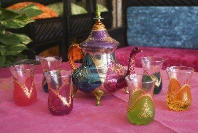 traditionele Marokkaanse thee set weergegeven op roze tafel Stockfoto - 14531983