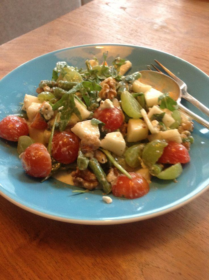 Salade met rucola, sperzieboontjes, blauwe kaas, geitenkaas, peer, druiven, tomaatjes en walnoten. (Eigen recept)