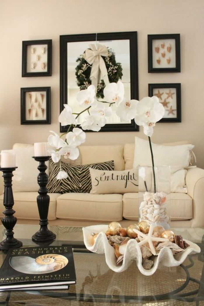 deco coquillage, salle de séjour moderne, cadre photo en noir, table en verre