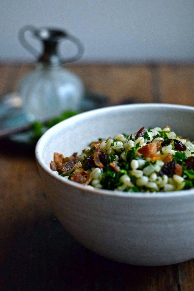 Salat med perlebyg, grønkål og bacon er det perfekte tilbehør. Denne salat med perlebyg kan dog også spises som en selvstændig ret.