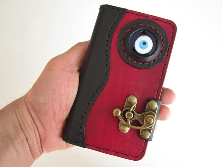 Steampunk+pouzdro+na+mobil+z+pravé+kůže+Vyrobím+podobné+púzdro+na+Váš+mobil+z+pravej+kože.+Ručne+šité+sedlárskym+stehom,+ručne+nafarbená+a+povrchovo+upravené+Farba:+čierna,+bordovo+červená+Obsahuje+zapínanie+mosadznej+farby+a+sklený+amulet+modré+oko+(+Evil+Eye+)+V+púzdre+sa+nachádza:+-+2x+veľká+priehradka+na+papierové+bankovky+(+veľkosť+priehradky+je+závislá+od...
