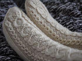neuloin valkoiset sukat. Malli: Kin-sukat Lanka: 7 Veljestä, 106 g Puikot: 3,5 mm Sataisipa jo lunta...