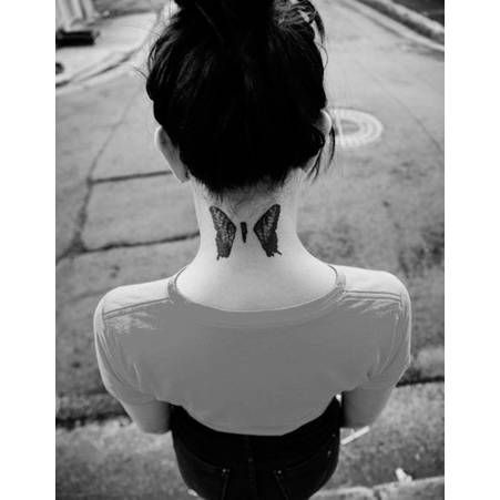 Tatouage papillon cou