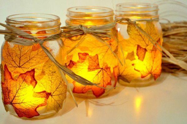 Les feuilles collées aux bocal transforment la lumière des bougies de manière magique
