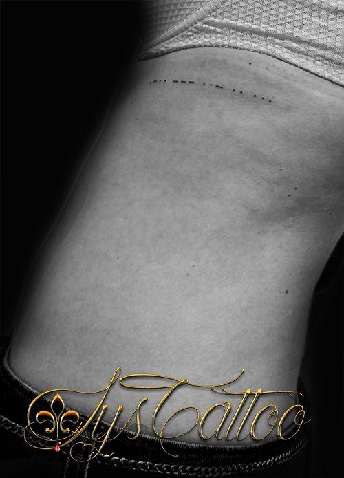 Tatouage Sur Les Cotes Femme Minimaliste Discret Petit Lettrage