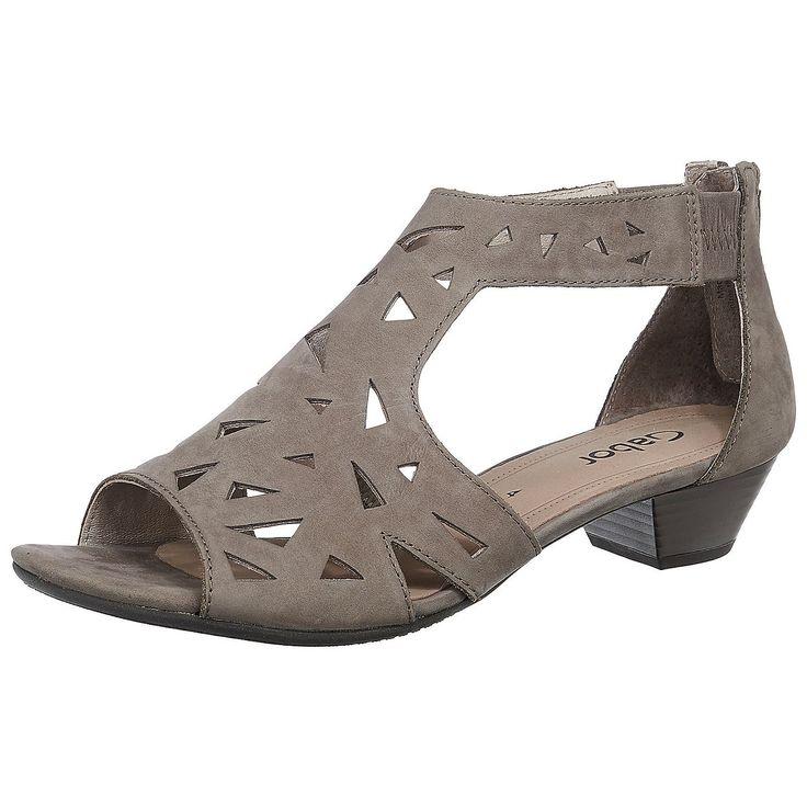 Diese Gabor Sandaletten sind ein komfortabler Traum aus Leder. Das Obermaterial kommt in einem modern interpretierten Lochmuster daher, das in Form von zwei Riemen in die solide Hinterkappe übergeht. Ein praktischer Reißverschluss sorgt zusammen mit dezent eingearbeiteten Stretch-Einsätzen für einen bequemen Einstieg und einen optimalen Tragekomfort. Dazu rundet der angenehm hohe Blockabsatz da...