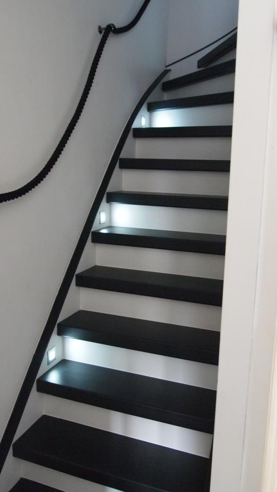 25 beste idee n over trappenhuis schilderen op pinterest trappen trapleuningen en zwarte trap - Idee deco hal met trap ...